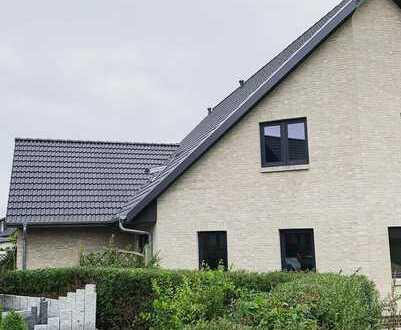 Neubau: Individuelle Doppelhaushälfte mit hohem Wohnkomfort und Garten in Harrislee
