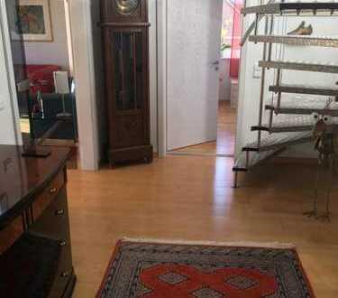 Stilvolle, geräumige und gepflegte 3-Zimmer-Maisonette-Wohnung mit EBK in Heikendorf