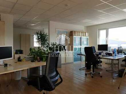 Hochwertige Büroetage mit 2 Stellplätzen und Einbauküche.