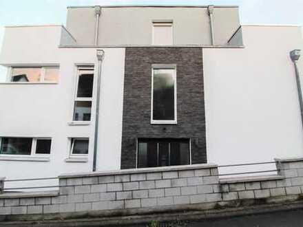 Exklusives Wohnen am Taunus: Luxuriöses EFH mit ELW und Dachterrasse in idyllischer Lage