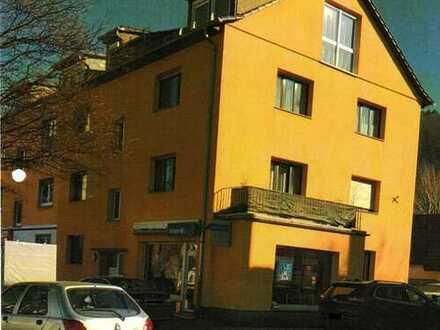 Schön geschnittene, renovierte 3 Zimmerwohnung mit Balkon und Loggia