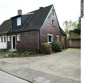 Sanieren, einziehen, genießen! Haus mit Garten, altem Baumbestand und Doppelgarage. In Duisburg.