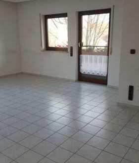 Vollständig renovierte 2-Zimmer-Wohnung mit Balkon und Einbauküche in Wiernsheim