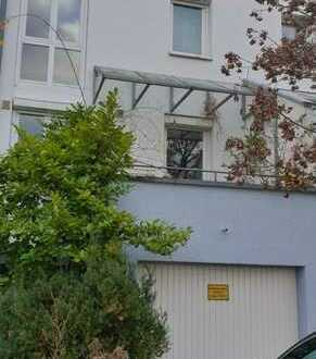 Neu renoviertes Reihenhaus mit 5 Zimmern und kleinem Garten in Top Lage