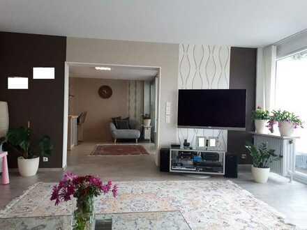 Sonnige 5-Zimmer-Maisonette-Wohnung mit Balkon und Einbauküche in Rodgau