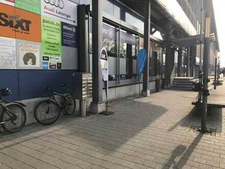 Verkaufsfläche mit großem Schaufenster in der Parkhauspassage am Hauptbahnhof
