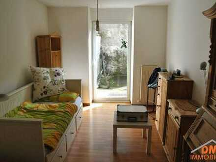 Renovierte 1 ZKB mit Einbauküche und Terrassenmitnutzung. Neues Tageslichtbad mit Dusche. EG