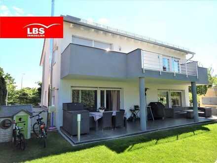 **NEUWERTIG : perfektes, stilsicheres Einfamilienhaus mit Einliegerwohnung und großem Garten ***