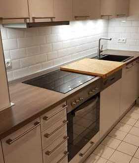 Stilvolle, vollständig renovierte 2-Zimmer-Wohnung mit Balkon und Einbauküche in Frankfurt am Main