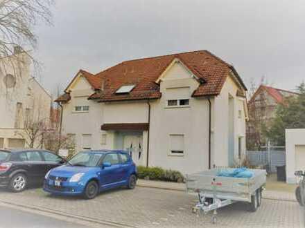 Freistehendes Einfamilienhaus mit 2 Garagen und Garten