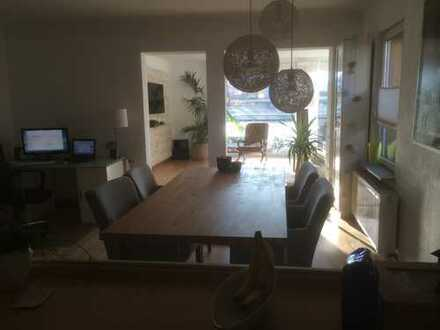 Stilvolle, modernisierte 2,5-Zimmer-Maisonette-Wohnung mit Balkon und EBK in Stuttgart