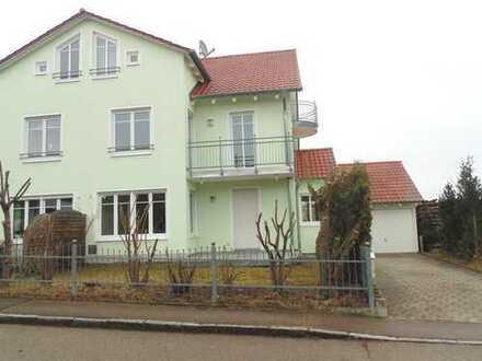 Doppelhaushälfte mit 6 Zimmer, 2 Bäder, Terrasse, Balkon und Garage am Ortsrand in Weichs, MVV
