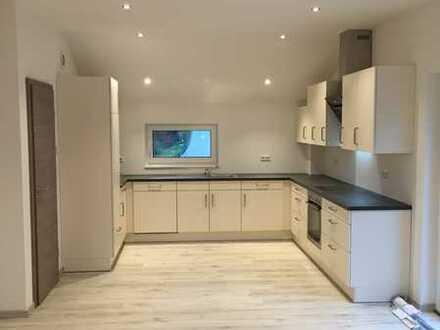 Neuwertige 3,5-Raum-DG-Wohnung mit Balkon und Einbauküche in Eisingen