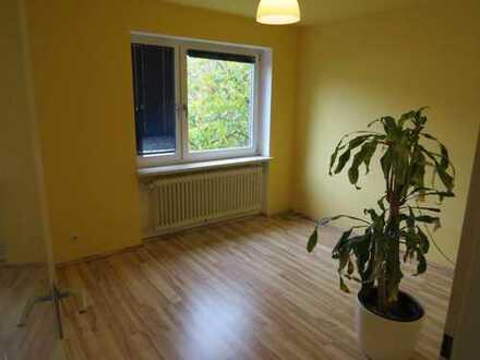 2 Zimmer in einem Reiheneckhaus mit Balkon im Münchner Westen an eine Person