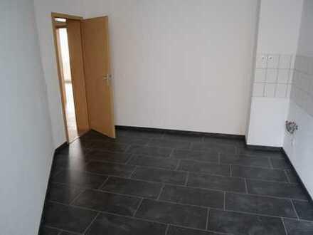 Deine erste günstige 2 Zimmer-Wohnung mit neuem Boden in zentraler Lage