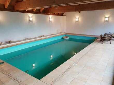 Exklusives Einfamilienhaus mit eigener Schwimmhalle