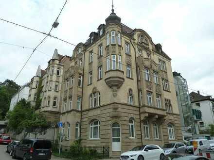 Ruhige, zentrale Wohnung mit fünf Zimmern im Jugend-Stil-Gebäude in Stuttgart