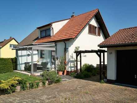 Doppelhaushälfte mit vier Zimmern, großen Garten und Doppel-Garage in Gartenstadt, Mannheim