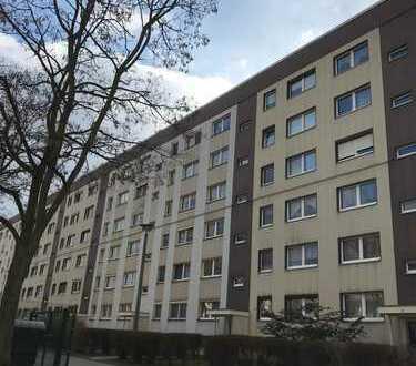 Gelegenheit für Selbstnutzer! Teilsanierte 3-Raum-Wohnung im 1. OG, Balkon u. Stellpl., Bj. 1982