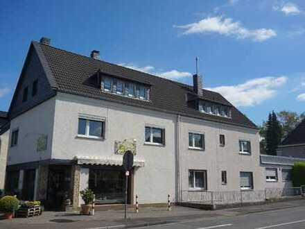 Gepflegte 2-Zimmer-Wohnung im 1. Obergeschoss eines Wohn-/Geschäftshauses in Bergisch Gladbach-Hand!