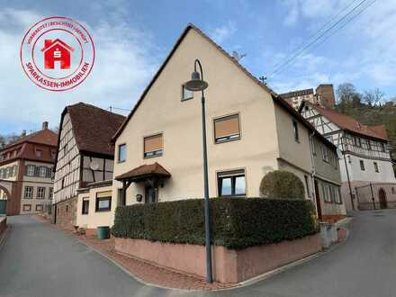 Älteres Wohnhaus mit Scheune im Ortskern von Gamburg