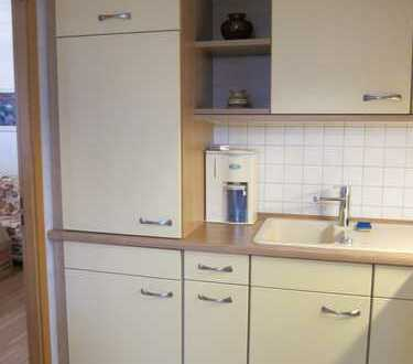 Geräumig geschnittene, voll möbelierte 2-Zimmer-Wohnung mit Balkon und EBK