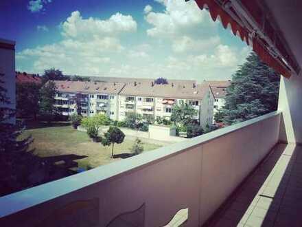 Gepflegte Wohnung mit drei Zimmern sowie Balkon und EBK in Nürnberg