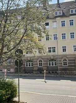 Stadtteil Zentrum, sanierungsbedürftiges Mehrfamilienhaus