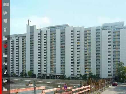 """""""Ramses Hochhaus"""" Renovierungsbedürftige 3-Zimmer-Wohnung mit Balkonen und Garagenbox im Parkhaus"""