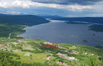 Bauplatz am Klimpviken See mit lappländischer wilder Natur um die Ecke und Blick auf die Berge