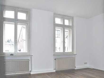 Schöne, geräumige, renovierte Altbauwohnung mit hohen Decken im Erdgeschoss