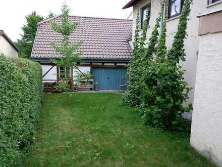 Schönes 2 Fam. Haus mit 2 Einbauküchen, Garten sowie 1-2 Garagen in 71139 Ehningen
