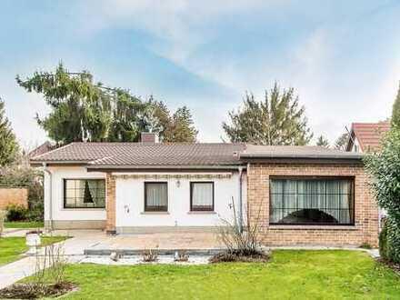 Kleine Familie findet neues zu Hause: Bungalow mit 3 Zimmern, Bad, Küche und Swimmingpool
