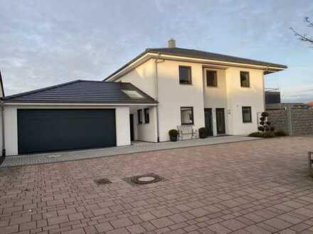 Modernes Einfamilienhaus in gehobener Ausstattung mit Doppelgarage und Garten