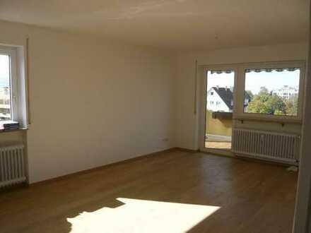 Schöne, helle 2,5 Zi-Wohnung mit s/w-Balkon, Keller, TG-Stellplatz und Aufzug