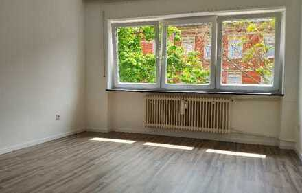 Schöne helle 2 Zimmer Wohnung 54m² / Küche / Bad / Balkon / Frisch Renoviert