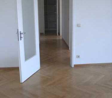 Gepflegte 3-Zimmer-Wohnung mit Balkon und EBK in Augsburg