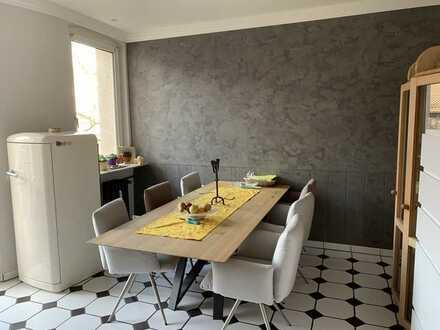 Stilvolle, modernisierte 4-Zimmer-Wohnung mit Balkon und EBK in Nürnberg
