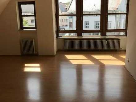 Vollständig renovierte 3-Raum-Dachgeschosswohnung mit Einbauküche in Neuburg