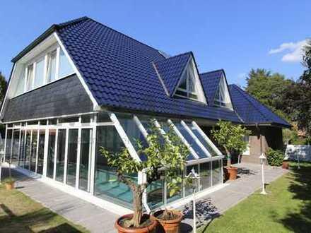 Viel Platz für Ihre Familie! Geräumiges Ein- oder Zweifamilienhaus mit Garten und Pool!