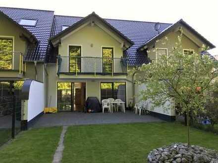 Kinderfreundliches Reihenmittelhaus, mit 5 Zimmern - 2 Bäder, mit 154 m2 Wfl. 7 m breit. Einbauküche