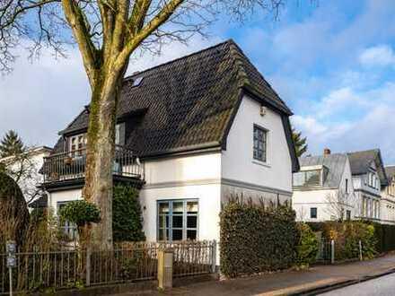Mitten in Nienstedten: Idyllisches Wohnhaus mit Remise