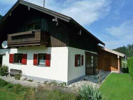 Wohnen im Außenbereich: Gepflegtes Wohnhaus mit Doppelgarage