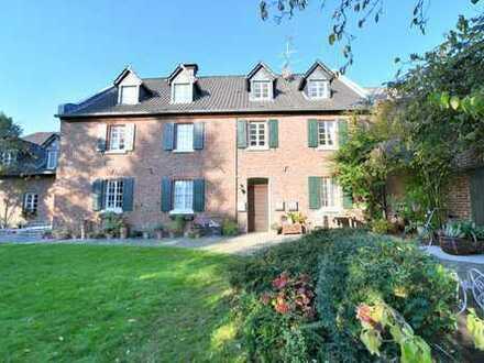Dormagen-Nievenheim: Wohnen im denkmalgeschütztem Bauernhaus - Großzügige 3 Zimmer-Dachgeschoss-Wohn