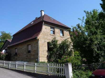 Freistehendes Sandsteinhaus mit großem Garten, Nebengebäude und Garage