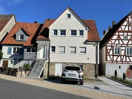 Stilvolle, moderne 4 ZKB DG Wohnung mit EBK, Keller und Stellplatz in Bretzfeld