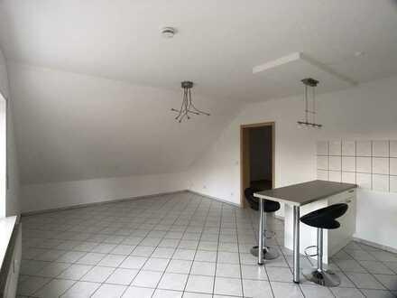 Sanierte 2-Raum-Dachgeschosswohnung mit Balkon und Einbauküche in Bad Schönborn