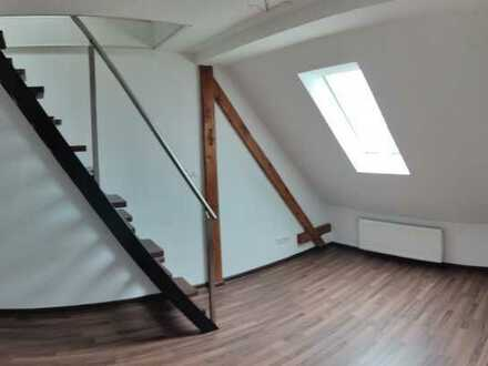 Neuwertige DG-Wohnung mit zwei Zimmern und EBK in Weiden in der Oberpfalz