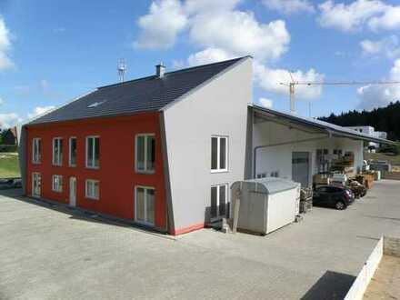 Hochqualitatives Gewerbegebäude: Zwei Hallen, Bürogebäude & Freifläche direkt am Autobahnanschluss!