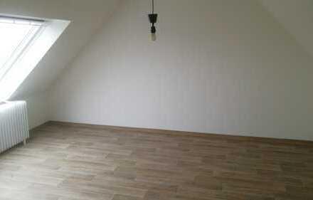 Dachgeschoss: Geräumige 2 Zi. mit EBK und Duschbad